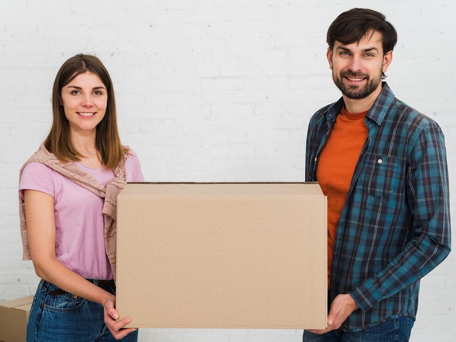 大きな箱を持つ若いカップル