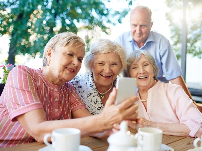 楽しそうに自撮りをする老人たち
