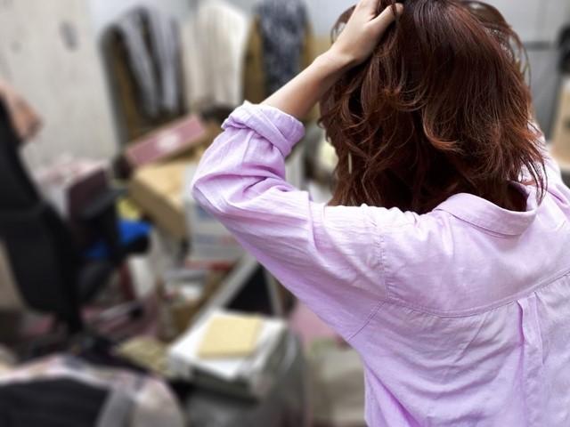 ゴミ屋敷で頭を抱える女性