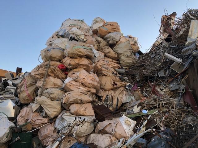 ゴミ袋と鉄くずの山