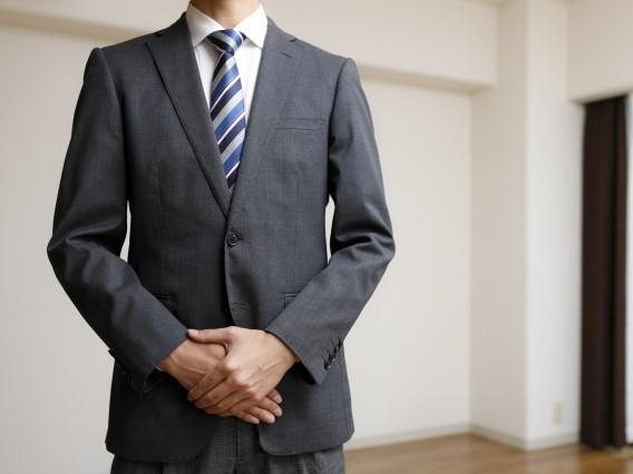 スーツ姿の業者