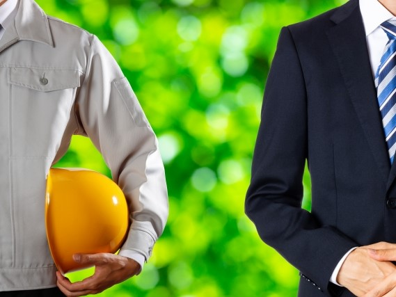 作業員とスーツ姿の男性