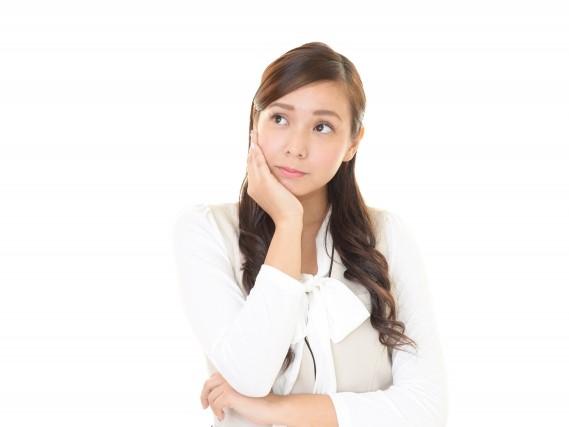 頬杖をついて考え事をしているアジア人の女性