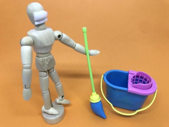 掃除をしている人形