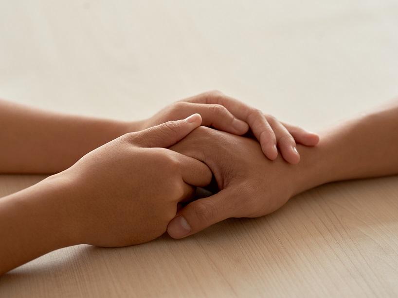 手を握って「大丈夫」と支えてあげる人