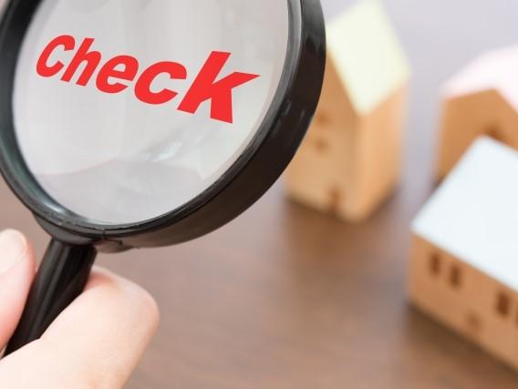 虫眼鏡にCheckの文字