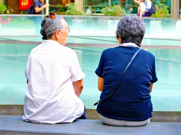 雑談をしている高齢者の女性