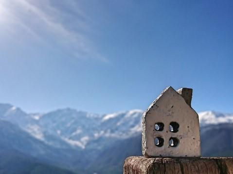 アルプス山脈と家の小物