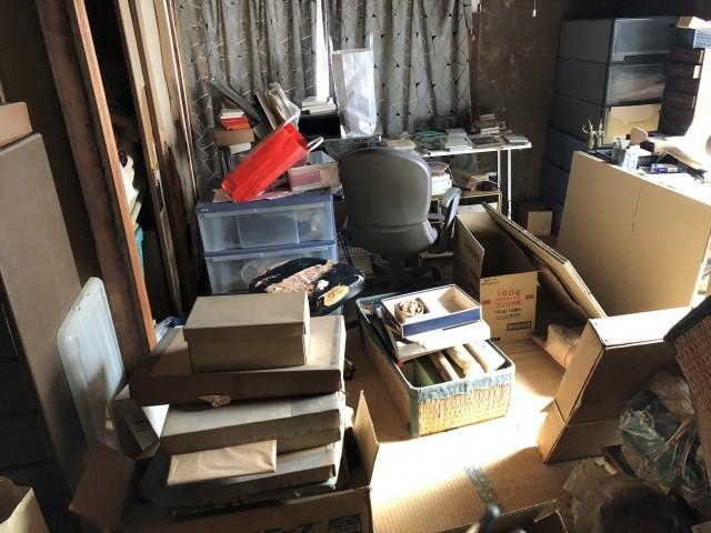 箱が散乱した部屋