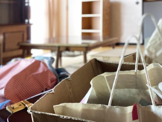 リビングに置かれた布団や紙袋