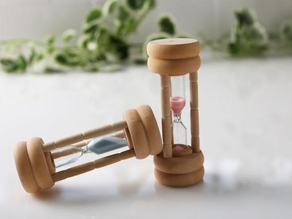 横に倒れた砂時計と直立した砂時計