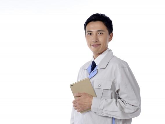 清潔感のある作業着の男性