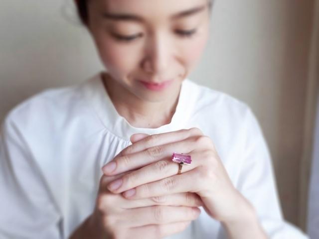 指輪をはめた女性