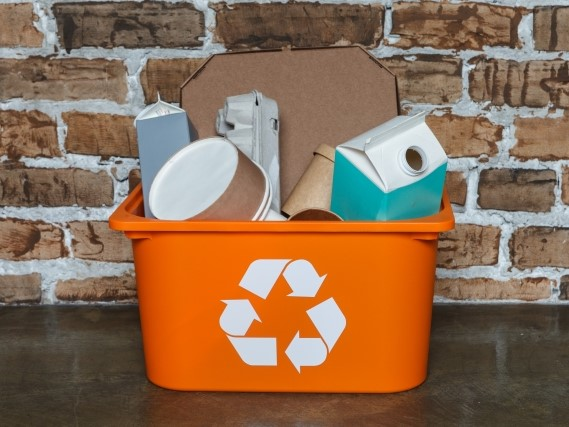 リサイクルボックスと資源となる紙製品
