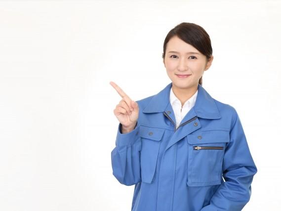 指をさす女性作業員