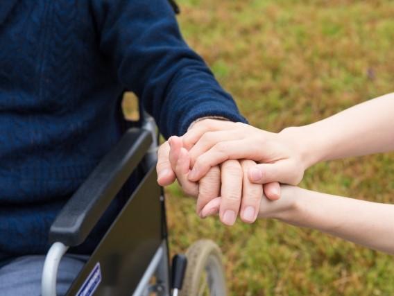老人の手を繋ぐ若者