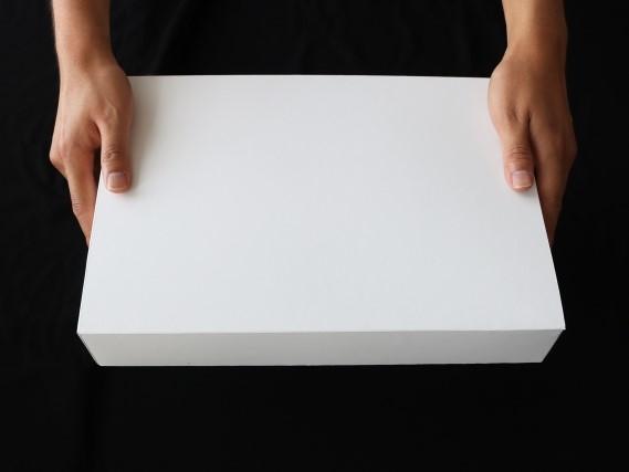 白い箱を持つ手