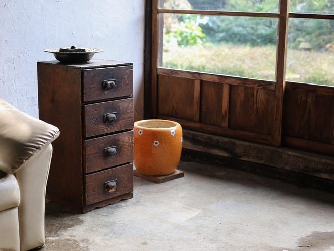床に置かれた家具