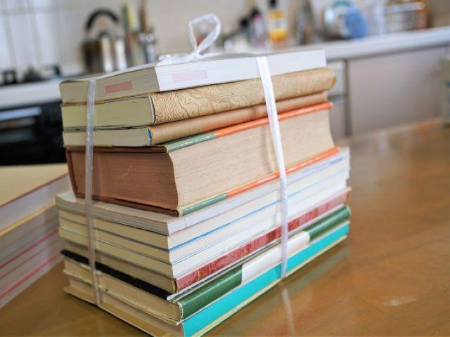 紐で縛られた本