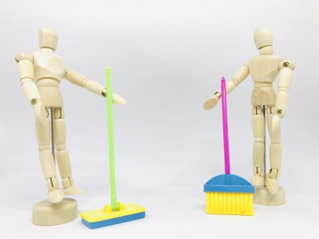 清掃するデッサン人形