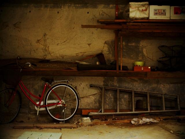 古びた倉庫